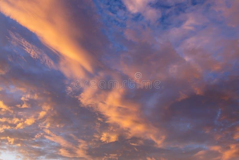 与云彩纹理的抽象背景在日落的 天堂般 免版税图库摄影