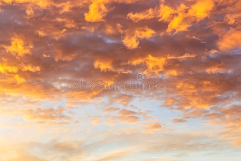 与云彩纹理的抽象背景在日落相似的t的 免版税库存照片