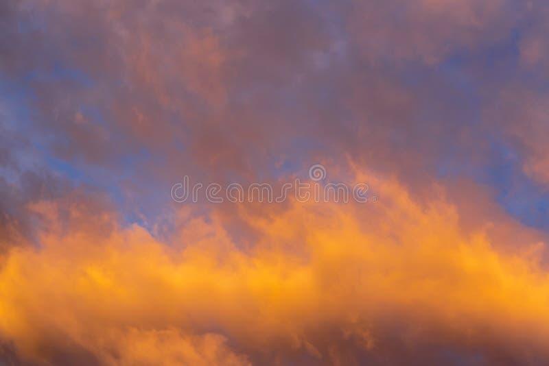 与云彩纹理的抽象背景在日落相似的t的 免版税图库摄影