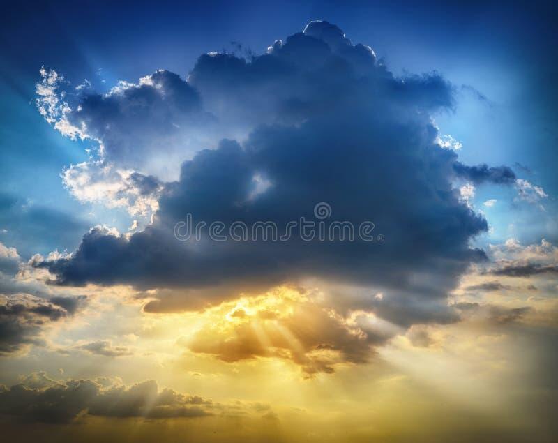 与云彩,光线的日落日出 库存图片
