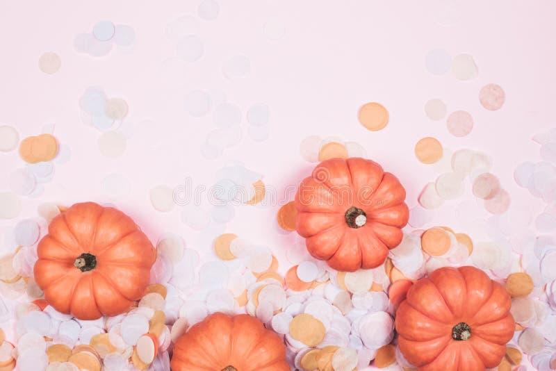 与五彩纸屑的小的装饰南瓜 向量例证