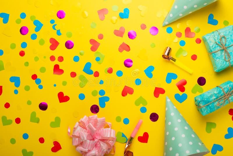 与五彩纸屑的礼物为假日 与一个空的地方的顶视图题字或广告的 免版税库存图片