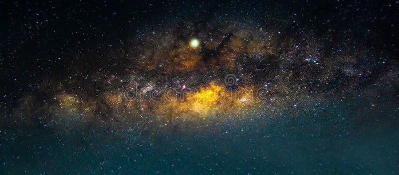 与五颜六色和淡黄色银河的夜风景有很多在天空的星在空间夏天美好的宇宙背景中  免版税库存照片