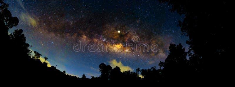 与五颜六色和淡黄色银河的夜风景有很多在天空的星在空间夏天美好的宇宙背景中  库存照片
