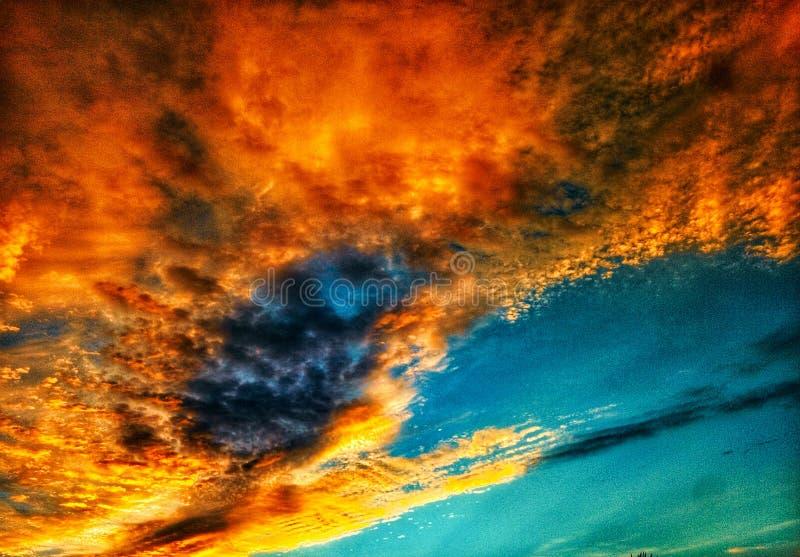 与五颜六色的云彩的美丽的明亮的五颜六色的艺术性的日落天空 免版税库存图片