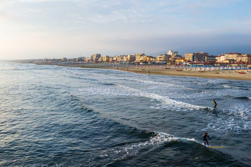 与五颜六色的伞日落的维亚雷焦海滩 托斯卡纳,维亚雷焦 库存图片