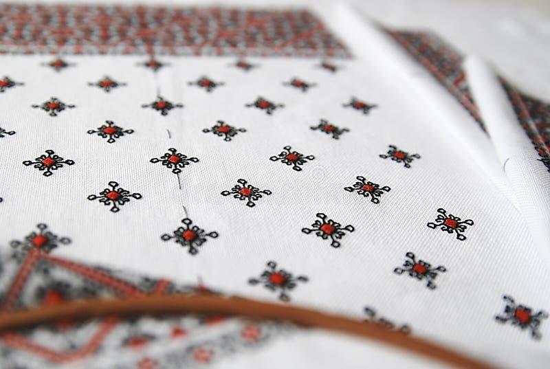 与五颜六色的刺绣的传统乌克兰织品 免版税图库摄影