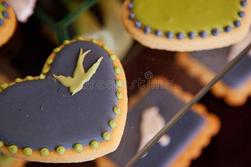 与五颜六色的动物设计的经典典雅的茶会饼干 库存照片