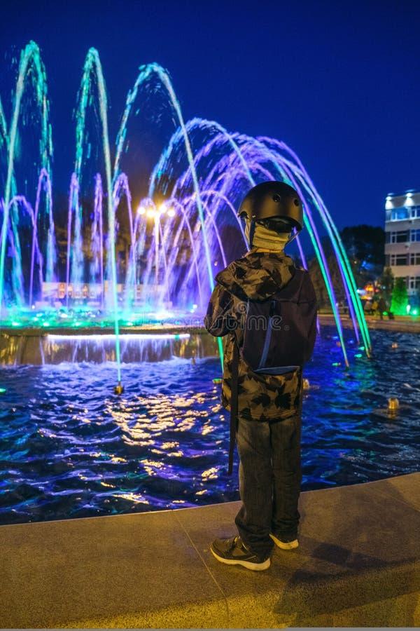 与五颜六色的喷泉的小孩子戏剧在利马公园 免版税图库摄影