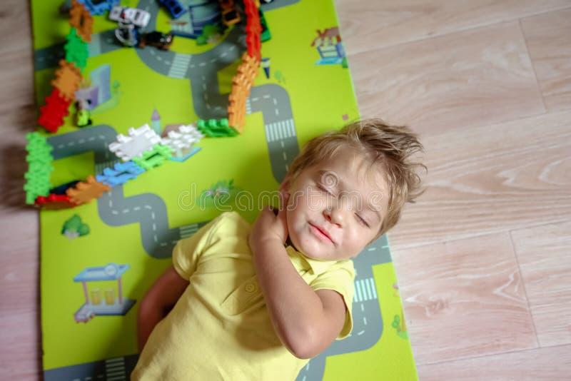 与五颜六色的塑料玩具块的愉快的学龄前年龄儿童游戏 创造性的幼儿园孩子建造块塔 图库摄影