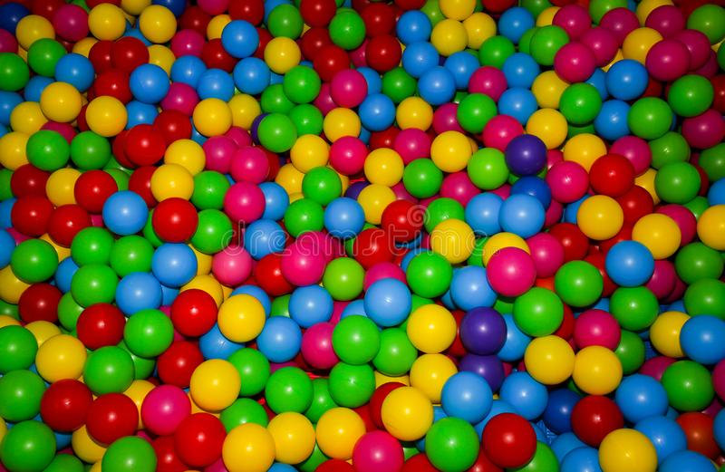 与五颜六色的塑料球的球坑对于儿童娱乐中心 E 乐趣,比赛,戏剧 免版税库存图片