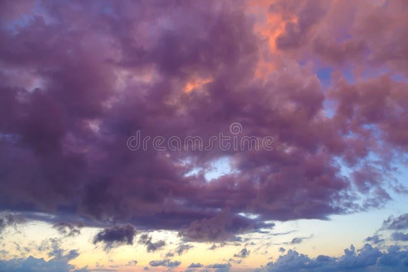 与五颜六色的对比的紫色云彩的美好的cloudscape在日落 库存图片