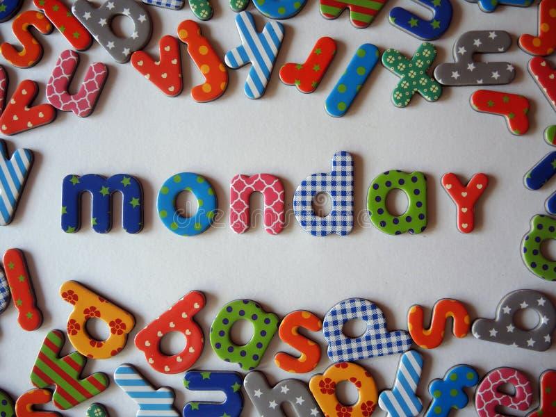 与五颜六色的小写字母的星期一横幅 库存图片