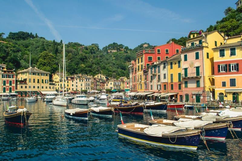 与五颜六色的房子的美丽的海湾在菲诺港,利古里亚,意大利 库存图片