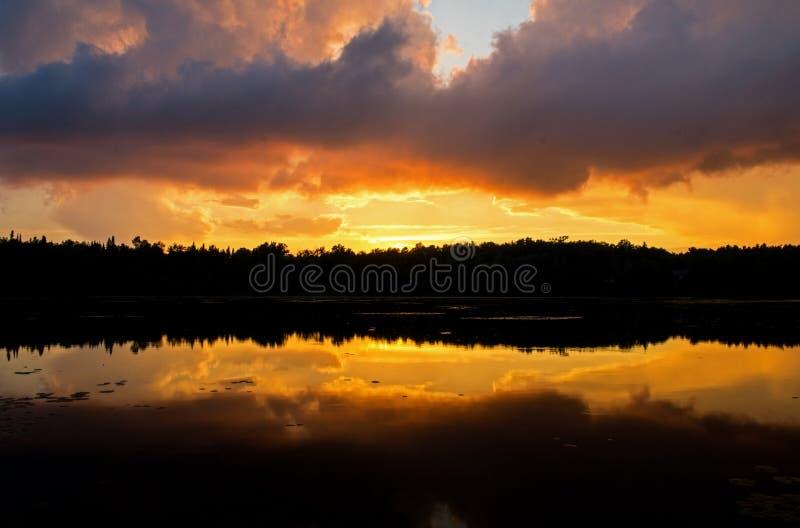 与五颜六色的日落的暴风云混合 免版税库存照片