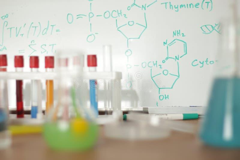 与五颜六色的液体的实验室玻璃器皿 免版税图库摄影