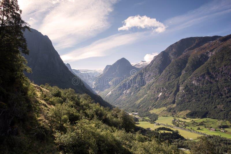 与五颜六色的生动的日落在多云天空,自然室外旅行背景的惊人的山风景 喀尔巴阡山脉,乌克兰,欧洲 免版税库存图片