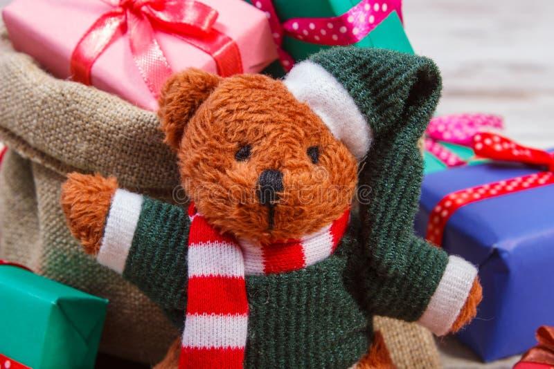 与五颜六色的礼物的玩具熊圣诞节或其他庆祝的 免版税库存图片