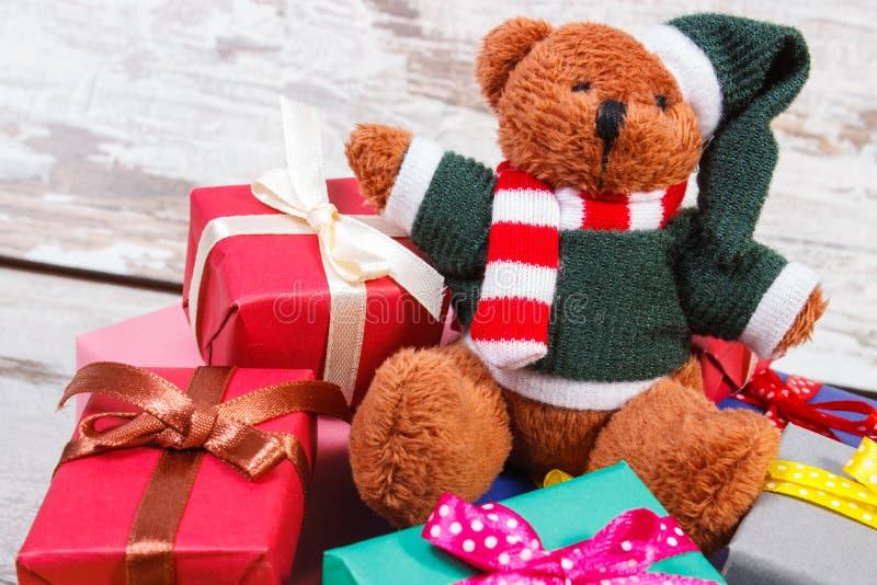与五颜六色的礼物的玩具熊情人节或其他庆祝的 库存照片