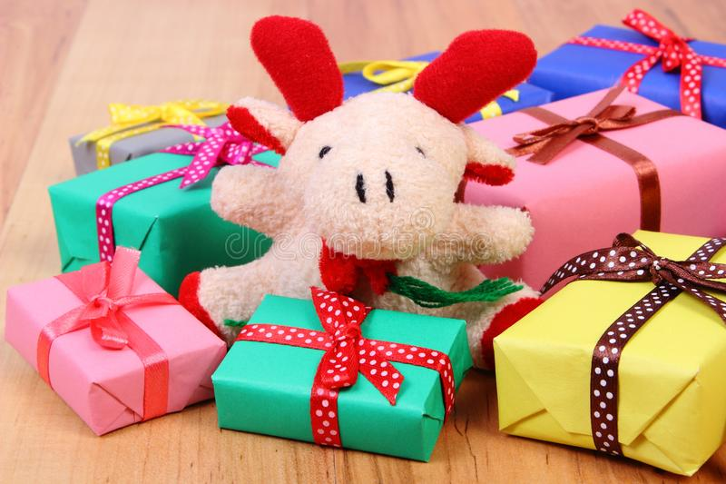 与五颜六色的礼物的长毛绒驯鹿圣诞节或其他庆祝的 免版税库存图片