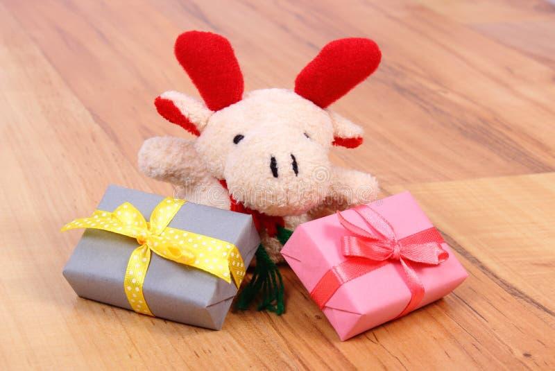 与五颜六色的礼物的长毛绒驯鹿圣诞节或其他庆祝的 免版税图库摄影