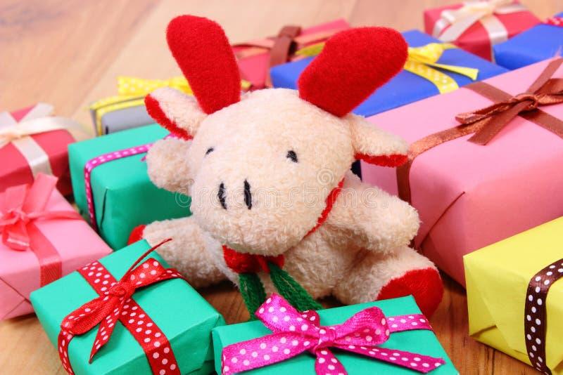 与五颜六色的礼物的长毛绒驯鹿圣诞节或其他庆祝的 库存图片