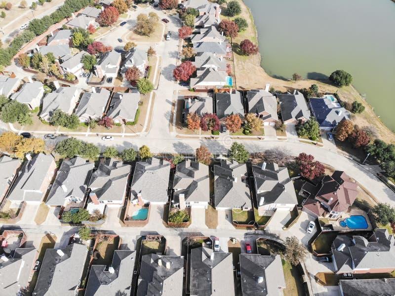 与五颜六色的秋天秋天地方教育局的顶视图湖边住宅区 免版税库存图片