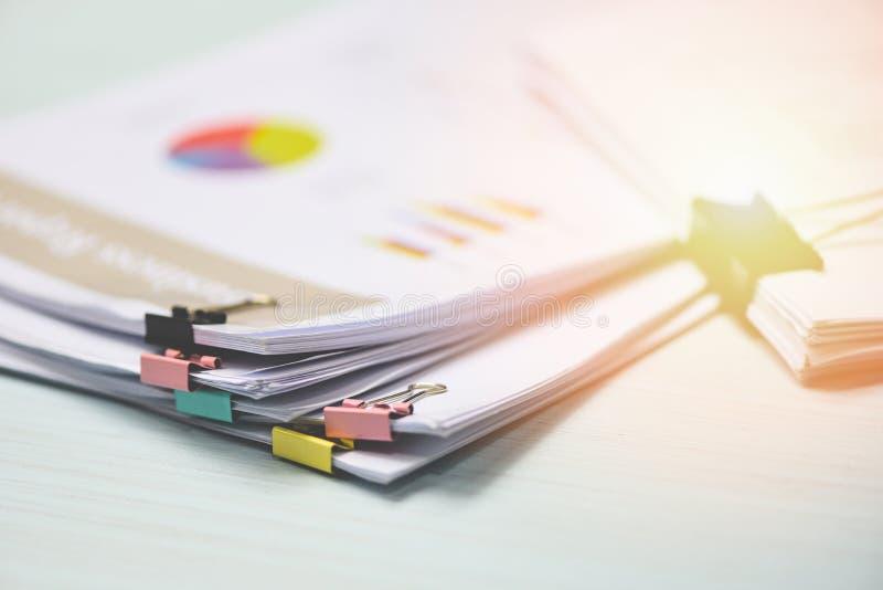 与五颜六色的纸夹的报告纸张文件当前财政和业务报告在办公室桌上 免版税库存照片