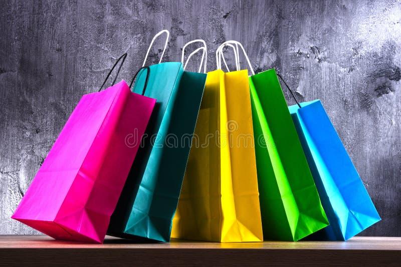 与五颜六色的纸购物袋的构成 免版税库存图片