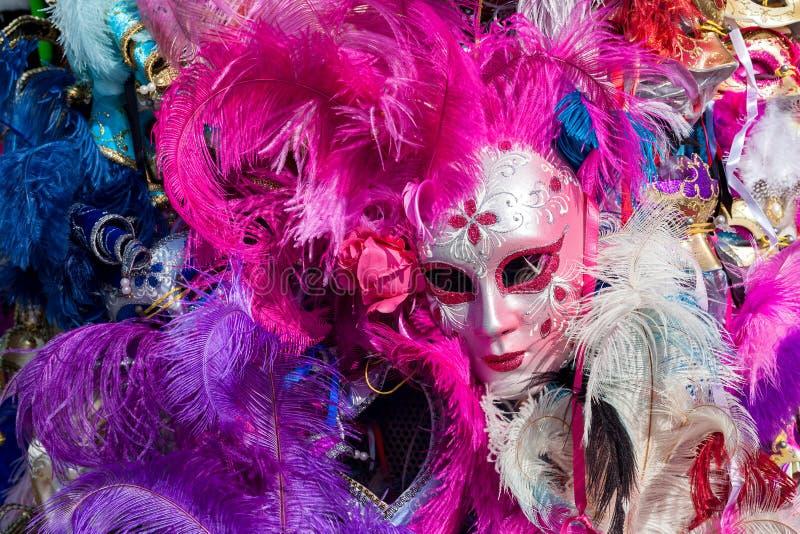 与五颜六色的羽毛的狂欢节面具 免版税库存照片