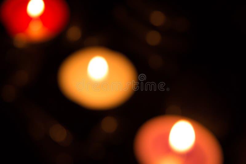 与五颜六色的蜡烛光的抽象背景 免版税库存照片
