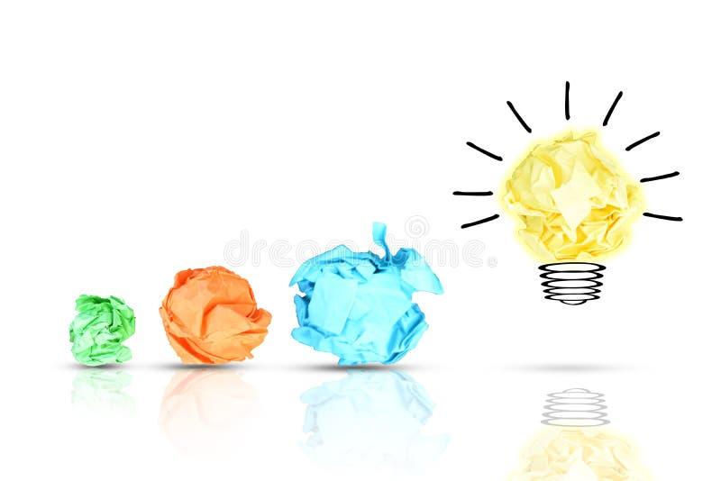 与五颜六色的被弄皱的纸和电灯泡的新的想法概念在白色背景 库存照片