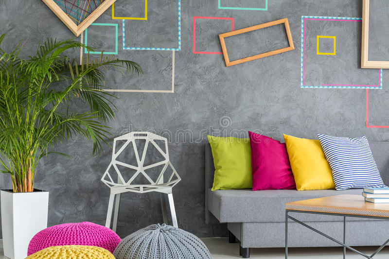 与五颜六色的装饰的新的公寓 免版税库存图片