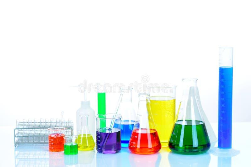 与五颜六色的试剂的实验室玻璃器皿 免版税库存照片