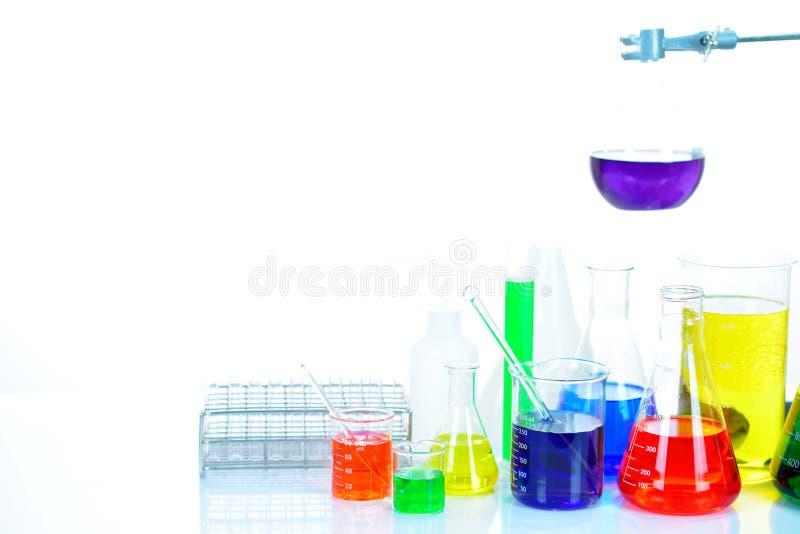 与五颜六色的试剂的实验室玻璃器皿 免版税库存图片