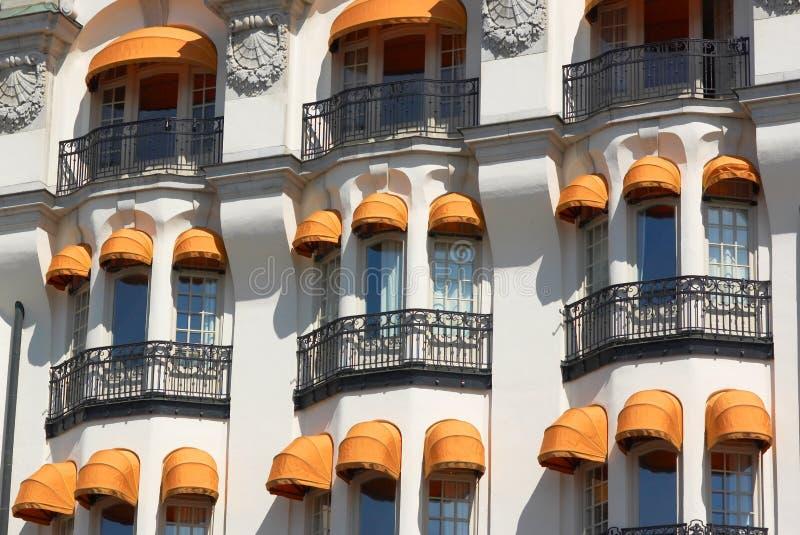 与五颜六色的遮篷的大厦 免版税图库摄影