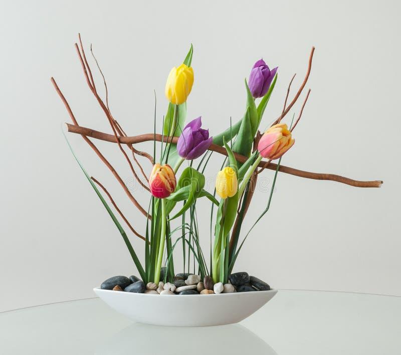 与五颜六色的郁金香的艺术性的花的布置 免版税库存照片