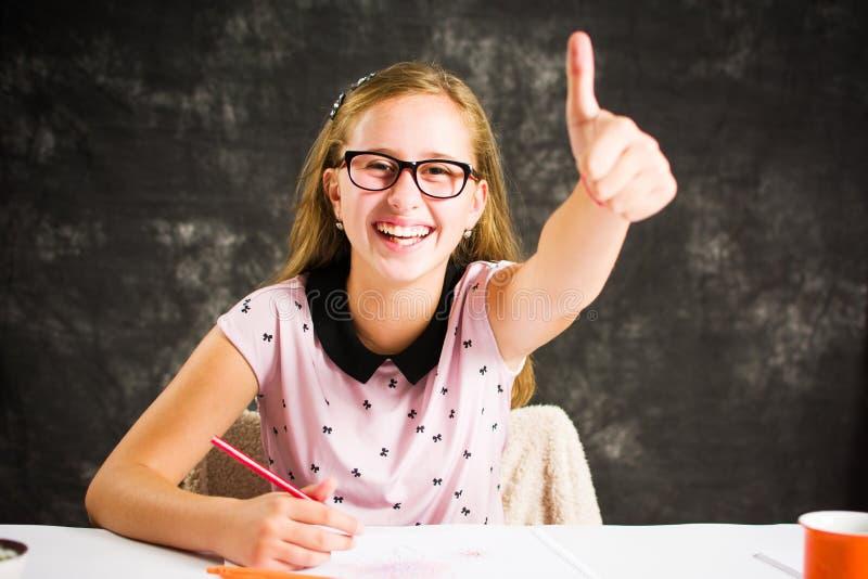与五颜六色的铅笔的十几岁的女孩图画 图库摄影