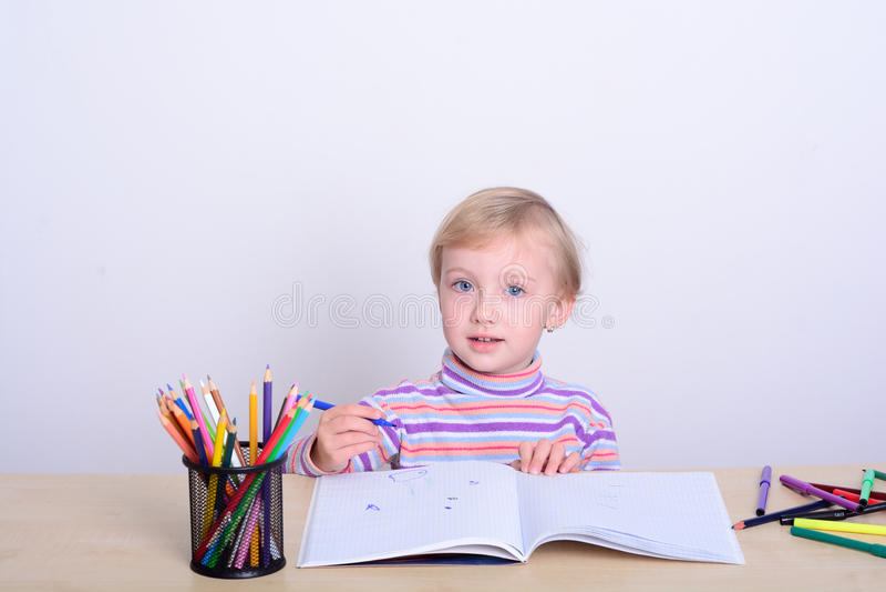 与五颜六色的铅笔的女孩图画 免版税库存图片