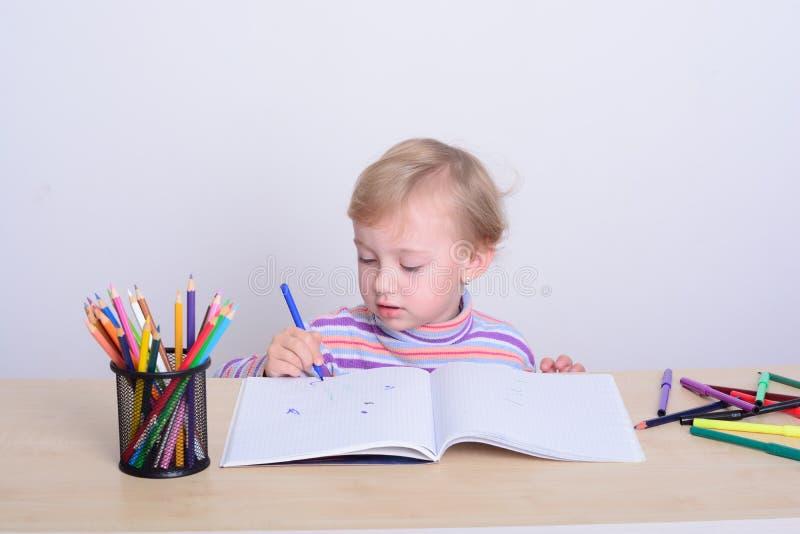 与五颜六色的铅笔的女孩图画 免版税图库摄影