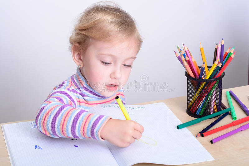 与五颜六色的铅笔的女孩图画 图库摄影