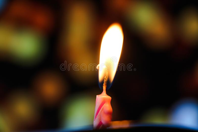 与五颜六色的bokeh的蜡烛光 库存图片