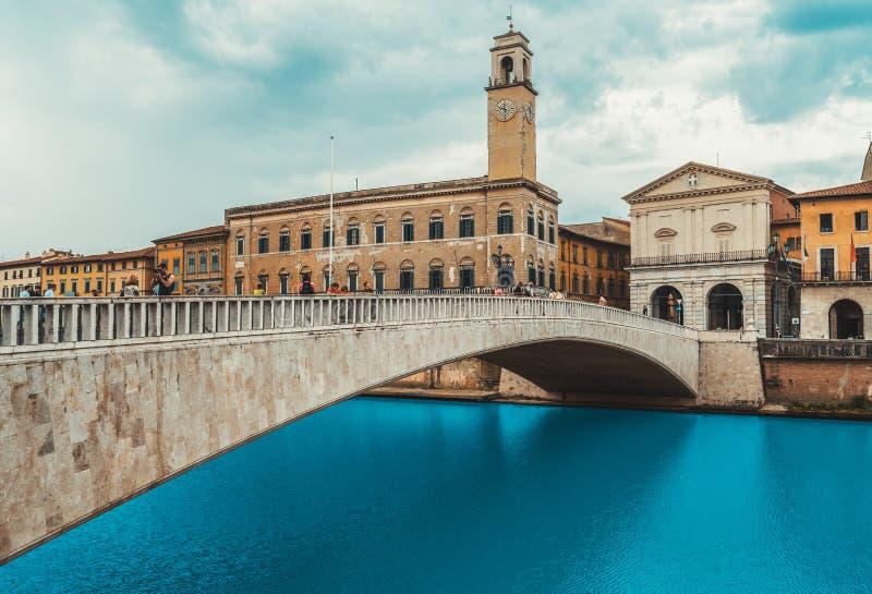 与亚诺河河和Ponte di Mezzo桥梁,意大利的比萨都市风景 免版税库存照片