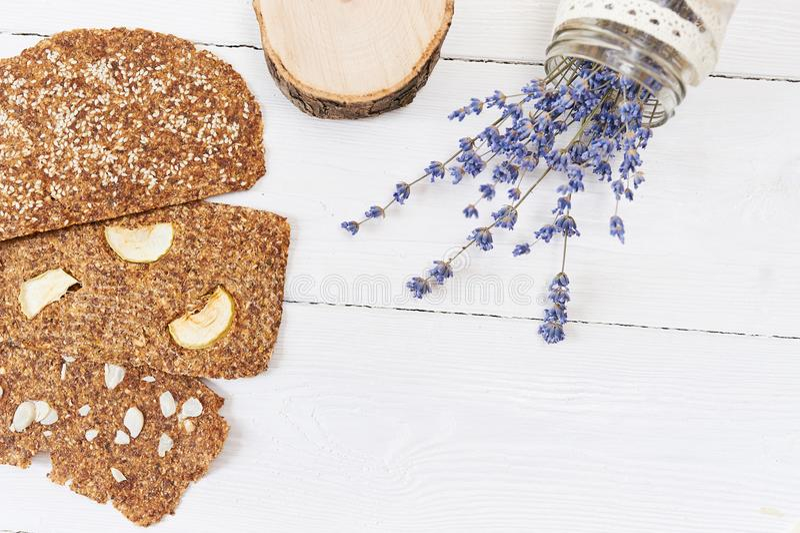 与亚麻和杏仁的面包在白色木背景 没有酵母的有用的饮食未加工的面包素食主义者早餐 库存图片