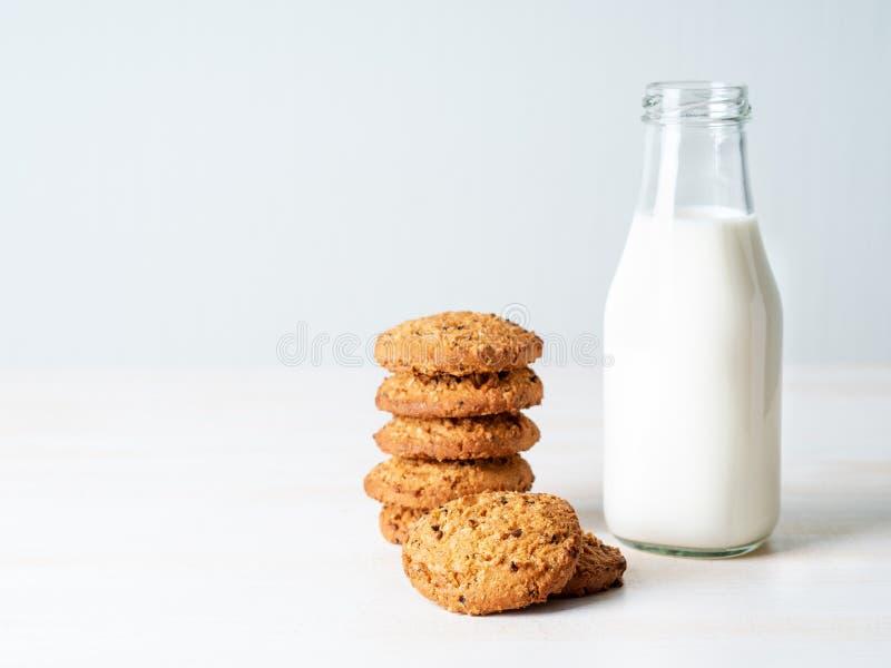 与亚麻籽和牛奶的麦甜饼在瓶,健康snac 库存图片