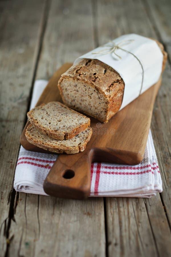 与亚麻籽和燕麦的整粒黑麦面包大面包,切 免版税库存图片