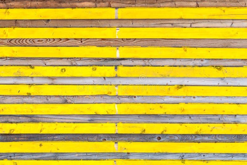 与交替黄色颜色和自然纹理的侧向木板条 库存照片