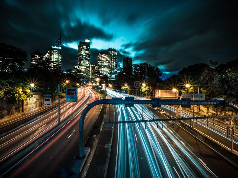 与交通长的曝光的SydneyÂ的地平线 库存照片