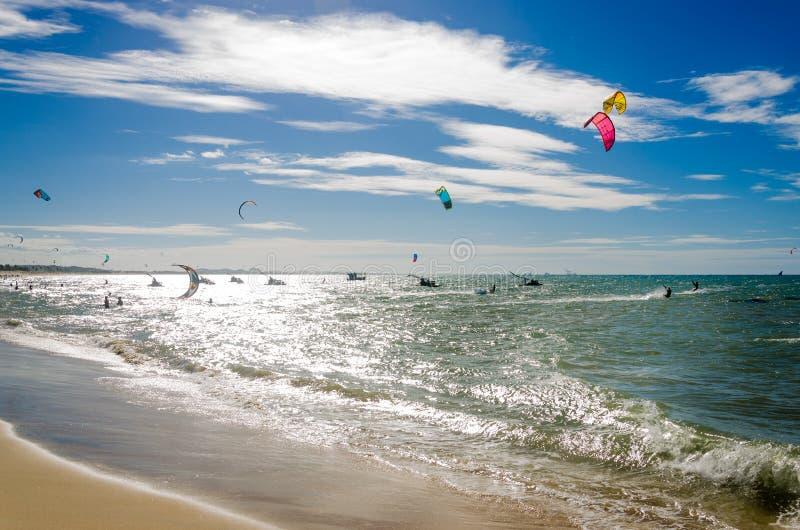 与享用海的风筝冲浪者的被曝光过度的作用 库存照片