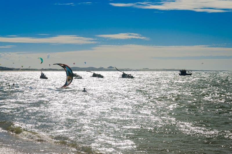 与享用海的风筝冲浪者的被曝光过度的作用 免版税库存图片